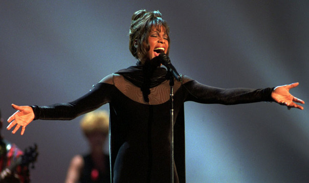 Whitney-Houston-at-the-1994-American-Music-Awards
