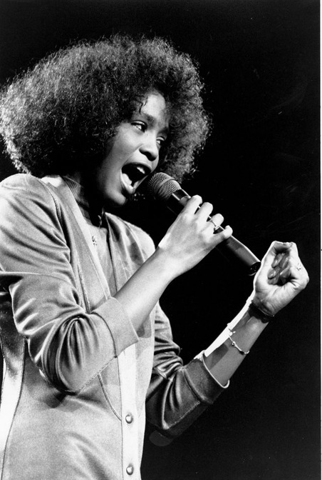 Whitney-Houston-performing-in-1986